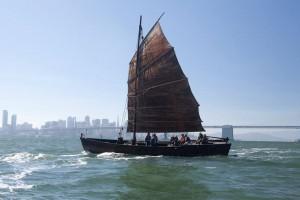 """《Bay Chronicle》と題するプロジェクトでは、19世紀のサンフランシスコ湾での中国人によるエビ漁の歴史を、当時漁に使われた帆船を再現した""""Grace Quan""""号でたどった(2014) Courtesy of Chinese Whispers"""